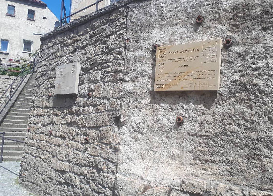 (Polski) Brama Wójtowska – tablica pamiątkowa